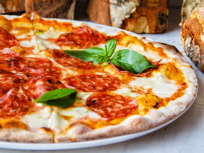 Пицца с чоризо и руколой и томатами