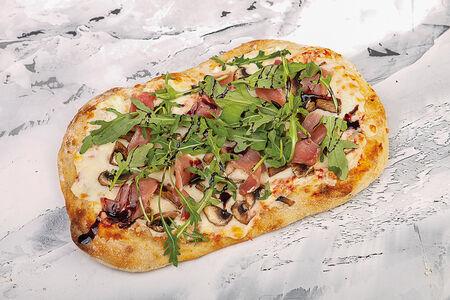 Пиццетта с прошутто и шампиньонами