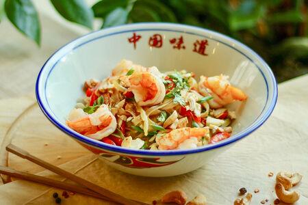 Рисовая лапша с креветками и жареным арахисом