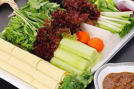 Салат Свежие овощи с бобовой пастой