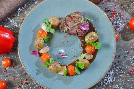 Стейк из телятины в перце с мини картофелем и томатами черри