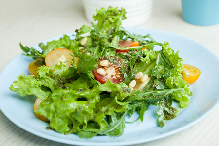 Салат из томатов и микса салатов