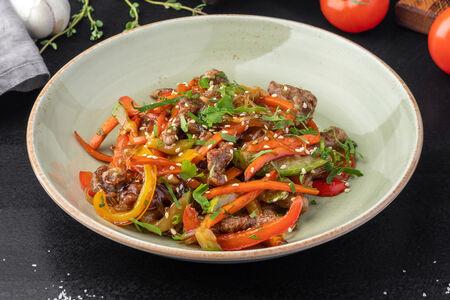 Вок салат с говядиной