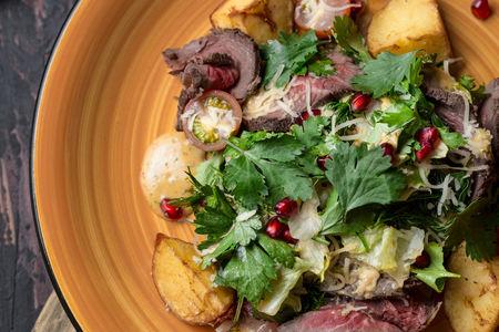 Теплый салат с ростбифом и запеченным картофелем