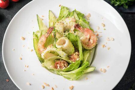 Салат с креветками и кальмаром под соусом песто
