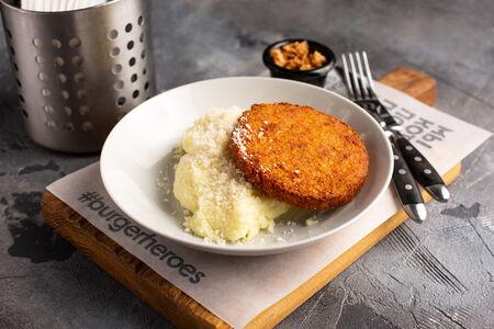 Картофельное пюре с пармезаном и котлетой
