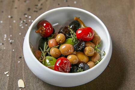 Греческие оливки с пикантными перчиками