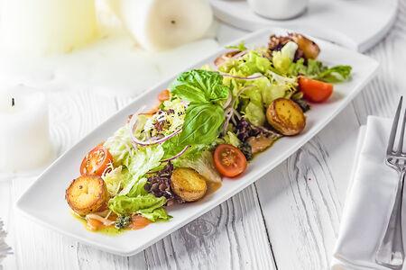 Салат с лососем и печеным картофелем
