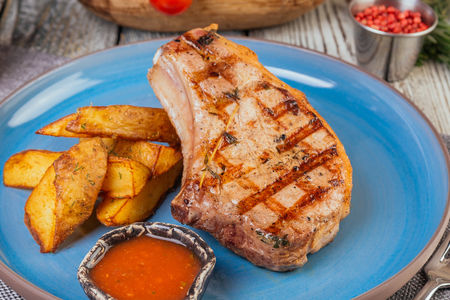 Свиная корейка на гриле с картофелем