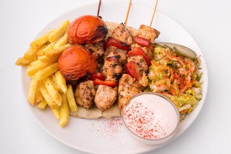 Шашлык Каламаки из курицы в беконе на тарелке