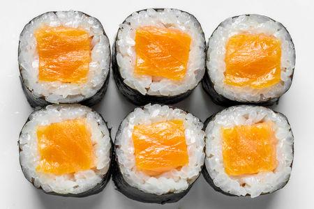 Тонкий ролл с лососем