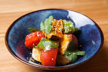 Теплый салат с баклажаном, томатом и зеленью
