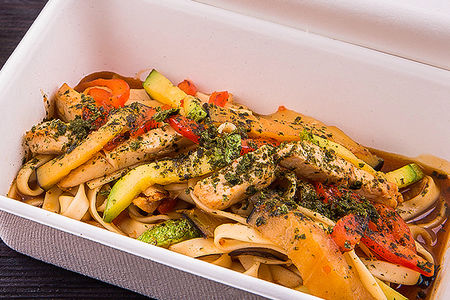 Удон с куриным филе и овощами