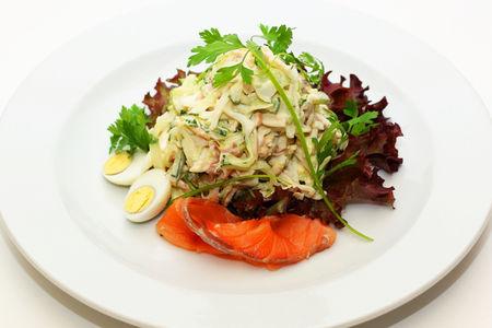 Салат из семги с кальмарами