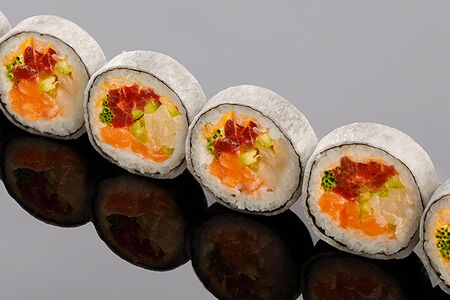 Ролл из тунца Елоуфин, лосося, лакедры, перца чили и соуса спайс