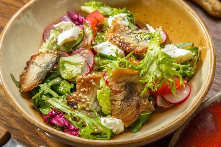 Салат с угрем и сливочным сыром