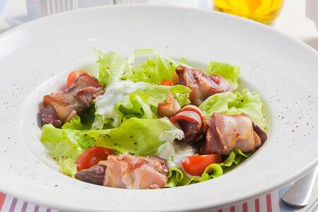 Зеленый салат с печенкой гриль
