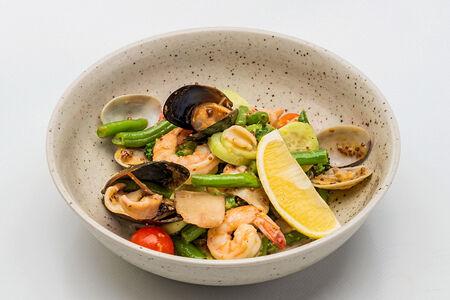 Салат из морепродуктов в горчичном соусе