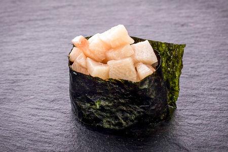 Суши гункан с лакедрой