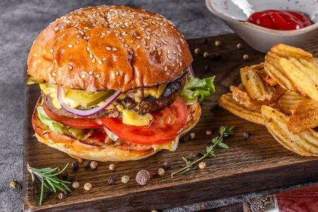 Бургер с говядиной и соусом барбекю