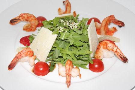 Салат из свежей рукколы
