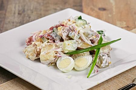 Салат с охотничьими колбасками