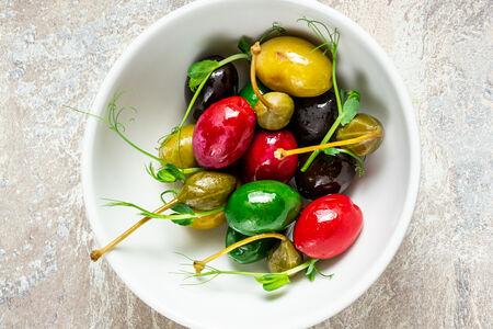 Ассорти греческих и итальянских оливок с каперсами