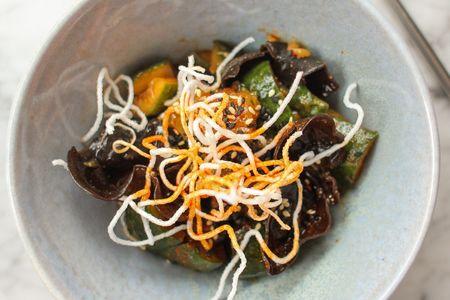Салат из битых огурцов с острыми древесными грибами