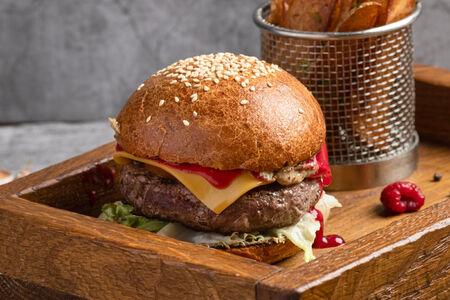 Бургер из оленины с малиново-клюквенным чатни