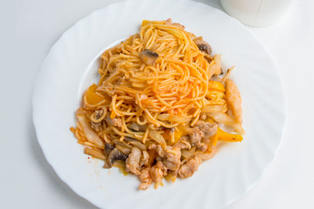 Лапша яичная со свининой и острым соусом