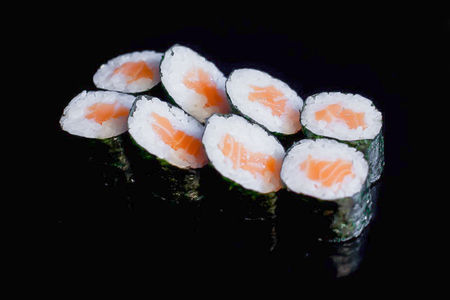 Маки роллы с лососем