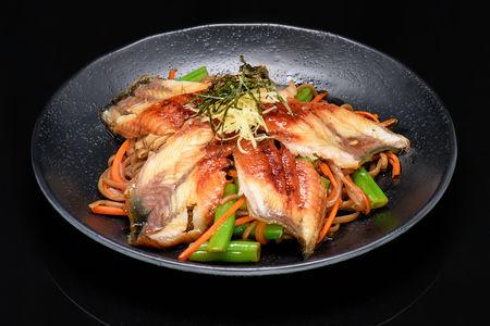Филе копчёного угря с гречневой лапшой и овощами