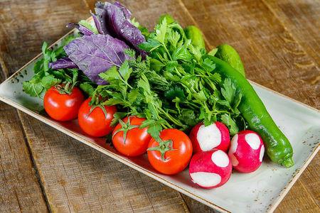 Свежие овощи с зеленью