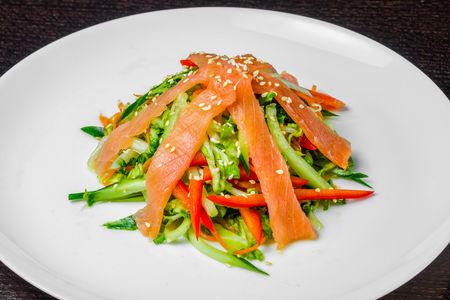 Салат с копчёным лососем и овощами