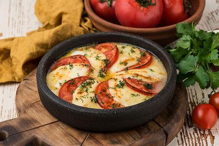 Жареный сыр сулугуни с томатами