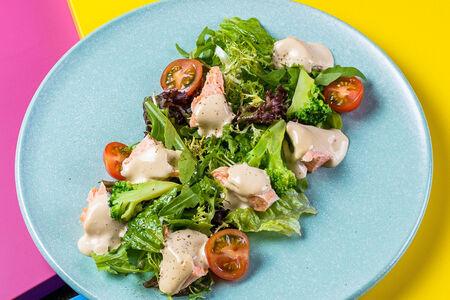 Салат с припущенным лососем