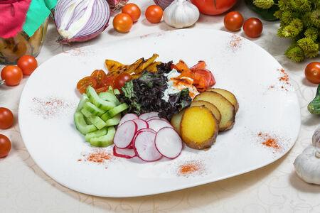 Салат из садовых овощей со сметанным соусом