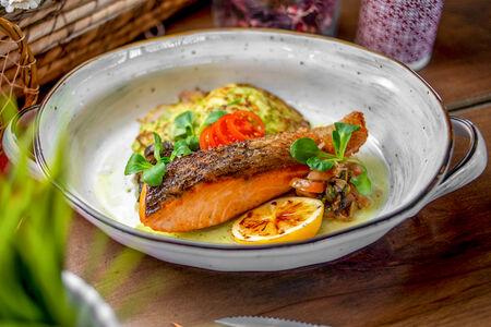 Филе лосося с оладьями из кабачка и тапенадой