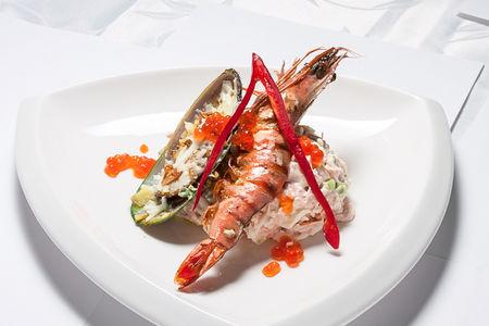 Салат из лосося с креветкой, мидиями и икрой