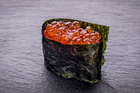 Суши гункан с красной икрой