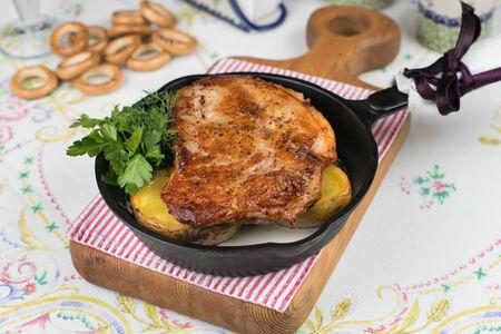 Цыпленок с печеным картофелем в сметанном соусе
