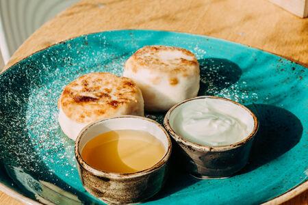Сырники с медом и сметаной
