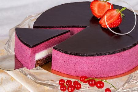 Порция торта Черная смородина с марципаном