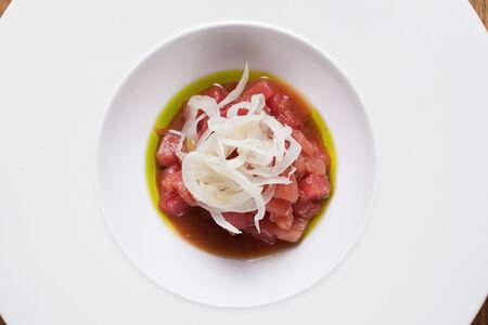 Тартар из тунца с томатами и фенхелем