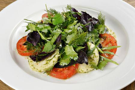Салат с имеретинским сыром, томатами и зеленью