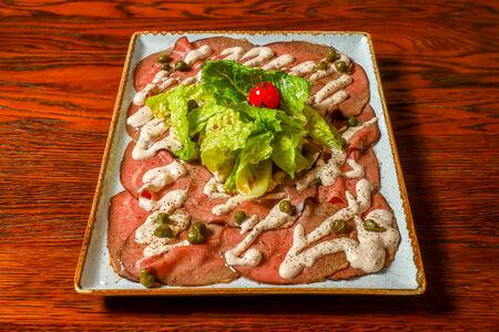 Ростбиф  из говядины с соусом вителло тонато