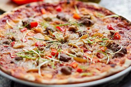 Пицца с говядиной, курицей и карамелизированным луком