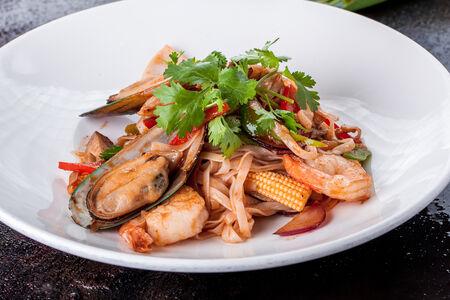 Широкая лапша с морепродуктами