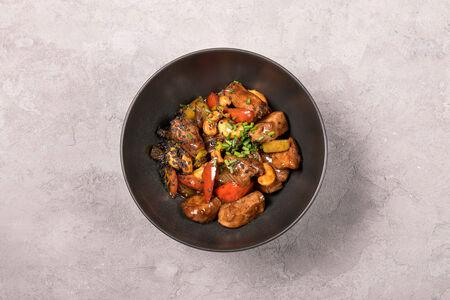 Утка гунбао с кешью и овощами-вок