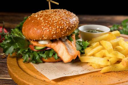 Бургер с лососем и картофелем фри